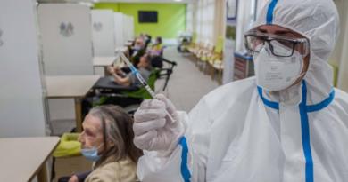 Ottantenni in fila per fare il vaccino trovano le porte sbarrate, il direttore 'Disguido' | Adnkronos.com